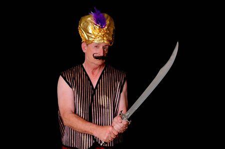 tiran: Een oudere sultan of shiek met een zwaard geïsoleerd over black