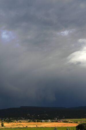 Una tormenta acercando en las montañas occidentales