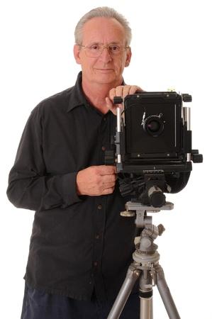 Hogere fotograaf met een groot formaat camera op statief