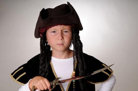 cutlass: Ni�o pirata aislado en negro con un remate Foto de archivo