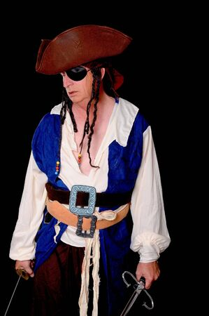 cutlass: Cansado pirata aislado en negro con un remate