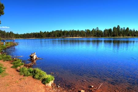 Lago de bosques de monta�a con gente pesca Foto de archivo - 9506149