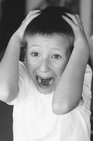 scared child: Blanco y negro de un joven asustado Foto de archivo