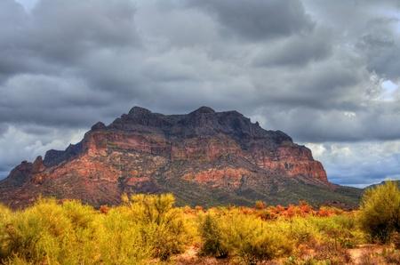 desert storm: Desierto de tormenta en el desierto del suroeste y monta�as Foto de archivo