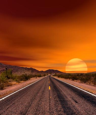 ソノラ砂漠や山々 のアリゾナ州サンセット ロード