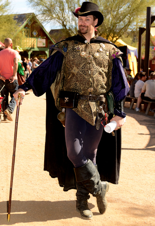 vestidos de epoca: Phoenix, Arizona, Estados Unidos, 14 de Febrero de 2016. Los participantes que asisten a Arizona Renaissance Festival vestida con trajes de época.