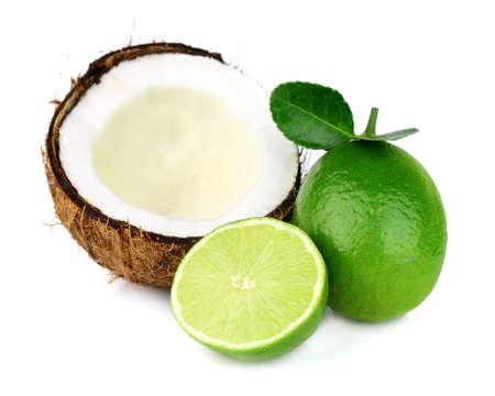 Lime mit Kokos auf weißem Hintergrund
