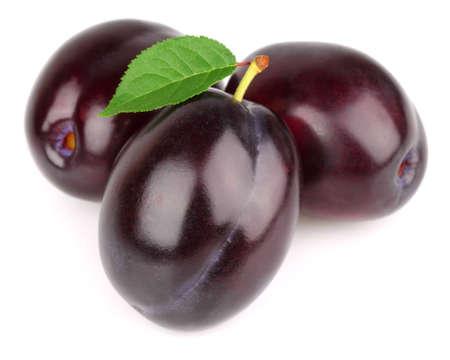 pruneau: Douces prunes m�res avec des feuilles