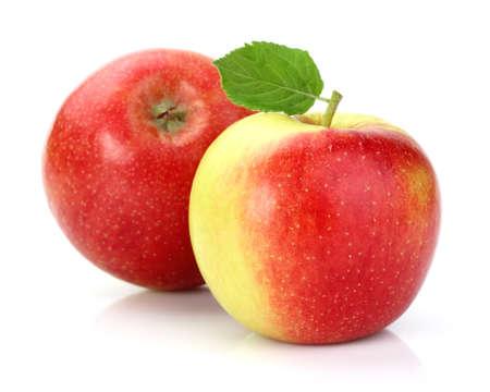 pomme rouge: Pommes m�res avec des feuilles Banque d'images