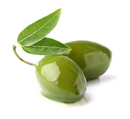 Groene olijven met bladeren Stockfoto
