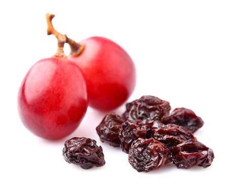 Druiven met rozijnen geïsoleerd op wit