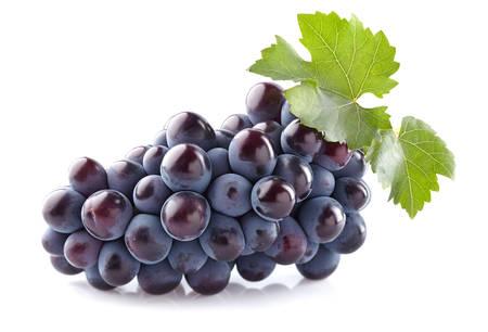 racimos de uvas: Uvas dulces con hojas  Foto de archivo