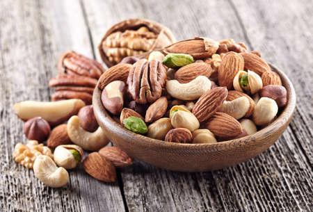 De mengeling van noten in een houten plaat Stockfoto