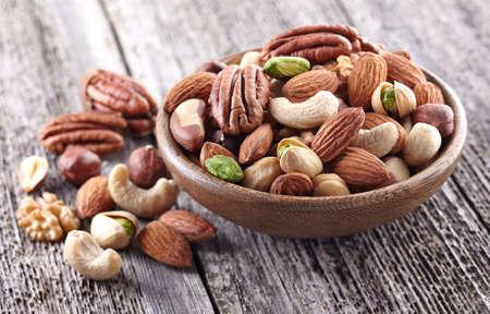 De mengeling van noten op een houten achtergrond