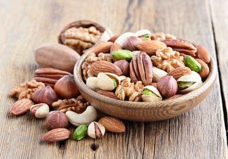木製の背景上のナッツ