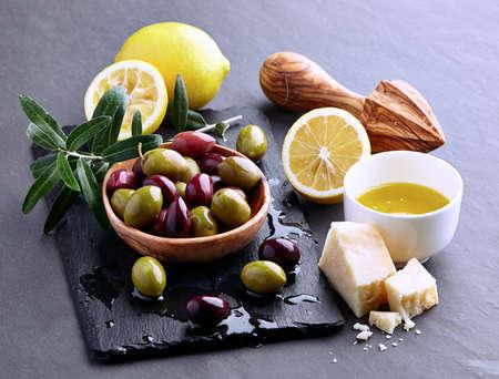 grafito: Aceitunas con aceite de oliva en un tablero de grafito