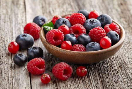 ripe: Ripe berry in a wooden plate