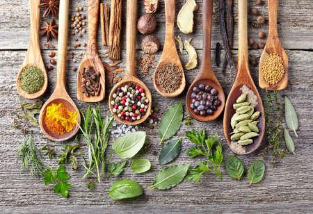 Specerijen en kruiden op een houten achtergrond