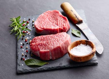 grafito: filete de carne en un tablero de grafito Foto de archivo