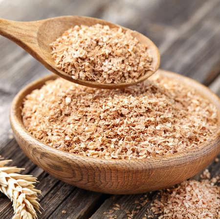 木製の背景に小麦ふすま