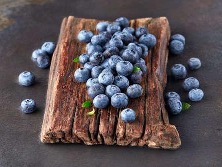 jugo de frutas: Wet blueberry on a wooden board
