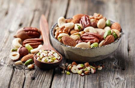 Meng noten op een houten achtergrond. Snijd noten
