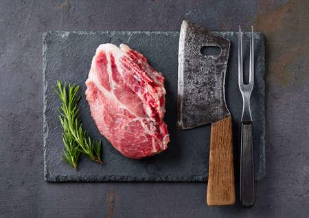 包丁と黒鉛の背景に新鮮な肉 写真素材