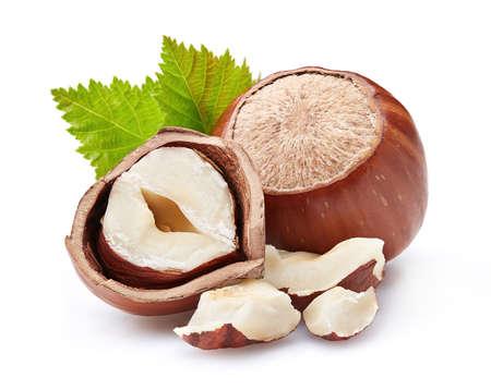 흰색 배경에 잎 Hazelnuts
