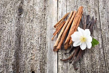 Cinnamon with vanilla on wooden board Imagens