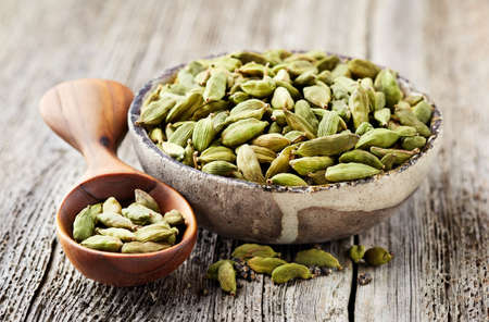 Cardamom on wooden background Banque d'images
