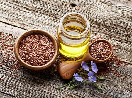 Flax oil on wooden board Zdjęcie Seryjne - 101233550