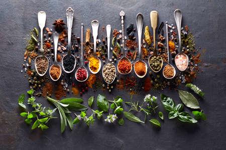 Herbs and spices on black board Zdjęcie Seryjne
