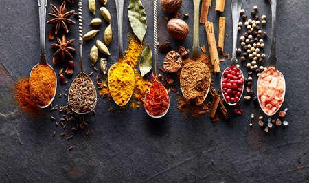 Spices on black baclground Standard-Bild - 107295318