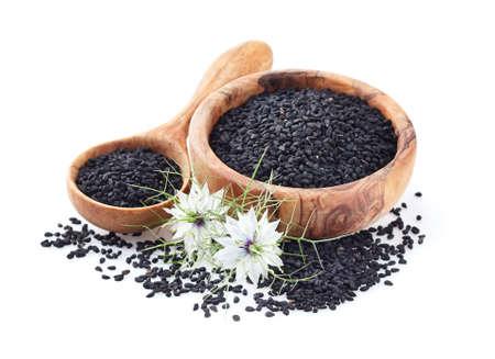 Nasiona czarnuszki na białym tle