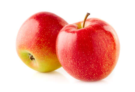 Dos manzanas en primer plano sobre fondo blanco.