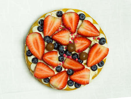 Delicious tart with fresh strawberries, raspberries and currants on the table. top view horizontal Foto de archivo