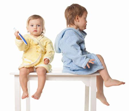 -分離、白のバスローブを着て歯を磨く準備の美しい子供のクローズ アップ 写真素材 - 18446580