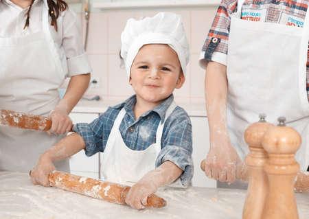 haciendo pan: ni�a feliz haciendo masa de pizza