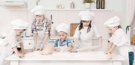 Gelukkig weinig koks bereiden deeg in de keuken Stockfoto - 20146222