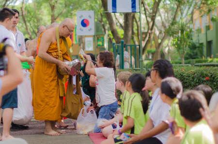 limosna: Dar limosna a un monje budista