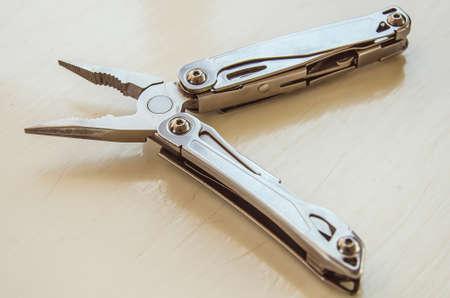 acute angle: M�ltiples herramientas cuchillo en el fondo de madera