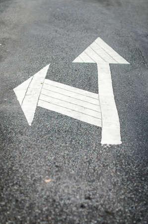 seguir adelante: Vaya por delante, o su vez signo izquierda Foto de archivo
