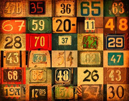 Ordinal: bunter Hintergrund mit unterschiedlicher Art Hausnummern