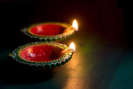 Happy Diwali - Clay Diya Lampen leuchteten während der Diwali Feier. Grußkartendesign des indischen hinduistischen Lichtfestivals namens Diwali