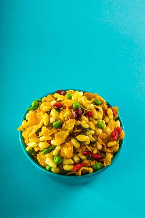 Bocadillos indios: Plato salado frito tradicional indio llamado chivda o mezcla o farsan hecho de harina de garbanzos y mezclado con frutos secos y nueces tostadas con sal, pimienta, legumbres, especias y guisantes verdes. Foto de archivo