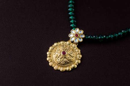 Bijoux traditionnels indiens, gros plan du pendentif sur fond sombre Banque d'images
