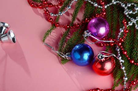 Decorazione di Natale: palla di Natale e ornamenti con il ramo di albero di Natale