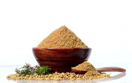 Nasiona kolendry, świeża kolendra i sproszkowana kolendra na białym tle.