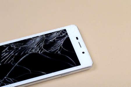 Inteligentny telefon z uszkodzonym ekranem
