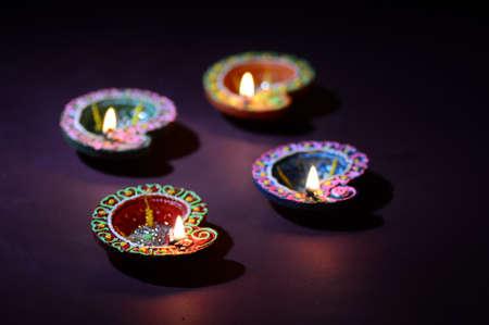 Argilla colorata Diya (Lanterna) lampade accese durante la celebrazione Diwali. Greetings Card Design Festival della luce indù indiano chiamato Diwali.